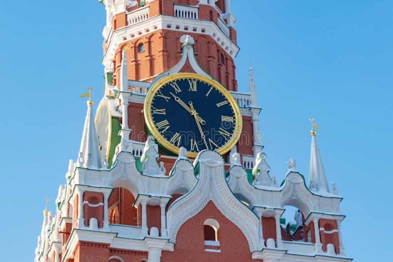 莫斯科,俄罗斯- 2018年2月01日:鸣响克里姆林宫特写镜头Spasskaya塔的时钟  克里姆林宫莫斯科冬天 免版税库存图片
