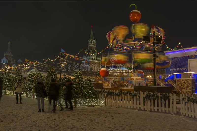 莫斯科,俄罗斯2018年12月21日 在红场的圣诞节市场,转动的转盘夜 库存图片