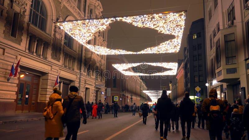 莫斯科,俄罗斯- 2018年1月2日 拥挤Ilyinka街道在圣诞节和新年装饰的市中心在 免版税库存照片