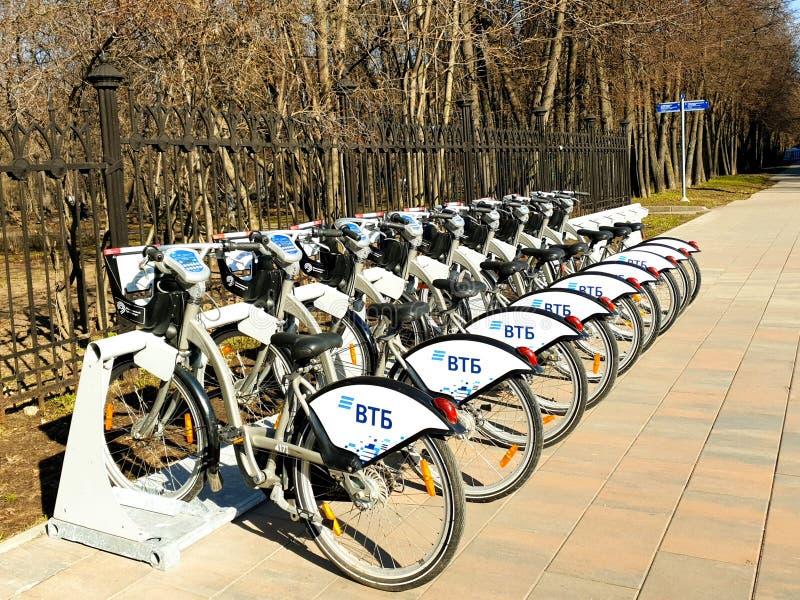 莫斯科,俄罗斯- 2019年4月19日 聘用的城市自行车在一个自动出租驻地在莫斯科反对 免版税库存图片