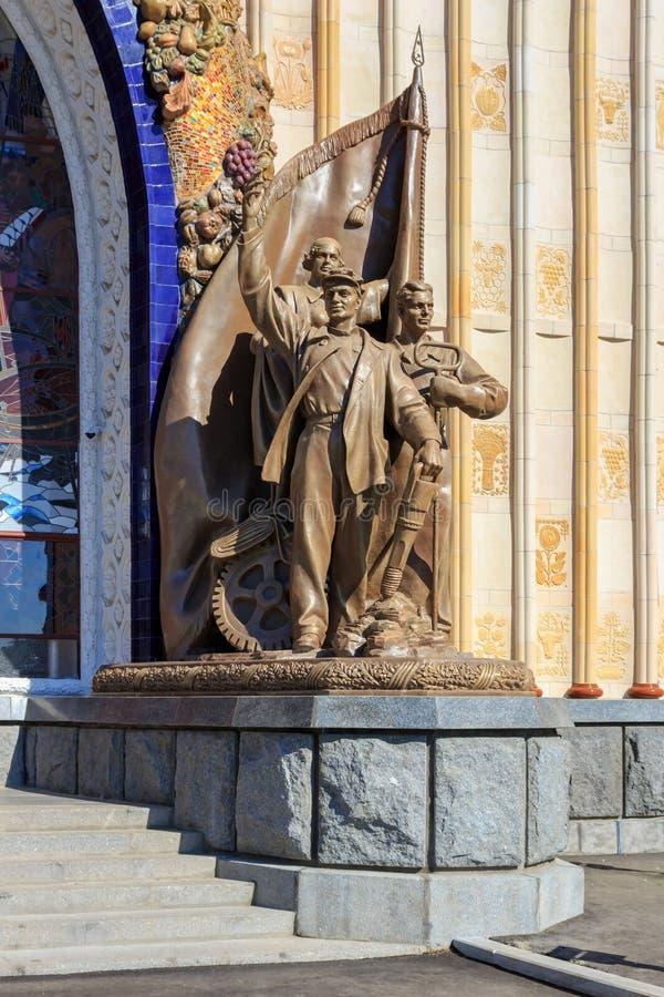 莫斯科,俄罗斯- 2018年8月01日:在入口附近的雕刻的小组对Na的成就的陈列的亭子乌克兰苏维埃社会主义共和国 免版税库存图片