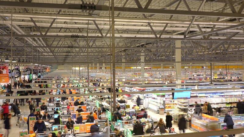 莫斯科,俄罗斯- 2016年12月, 25日 国际链超级市场Globus 结算离开地区长的曝光射击 免版税库存照片