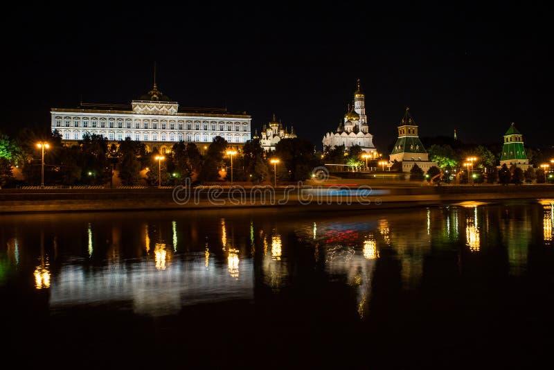 莫斯科,俄罗斯- 2016年7月, 17 :克里姆林宫的看法在与反射的晚上在河和船的阴影 免版税图库摄影