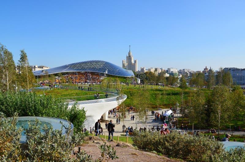 莫斯科,俄罗斯- 9月23 2017年 人们在公园Zaryadye走以玻璃吠声为背景 图库摄影