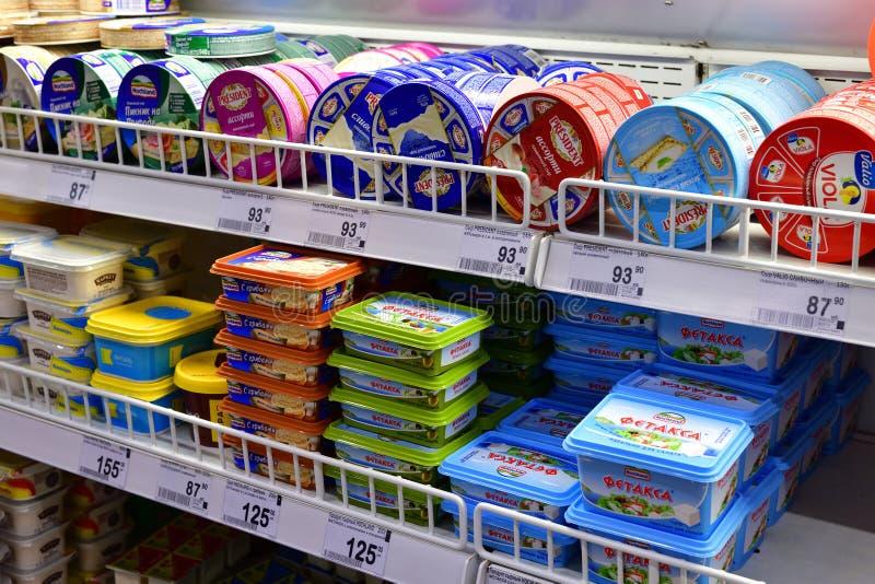 莫斯科,俄罗斯- 3月18 2018年 在柜台的软干酪在Perekrestok商店 库存照片