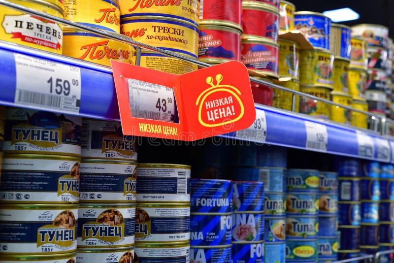 莫斯科,俄罗斯- 3月18 2018年 罐装鱼在Perekrestok商店 免版税库存图片