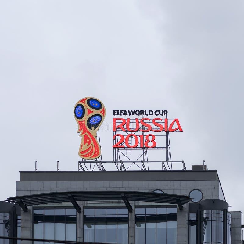 莫斯科,俄罗斯- 2017 10月28日,官员象征, 2018年世界杯的商标在大厦屋顶的在一个的资本 库存照片