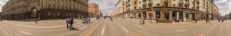 莫斯科,俄罗斯- 2016年5月1日, :-全景Pedestrianized Tverskaya街街道春天早晨 免版税库存图片