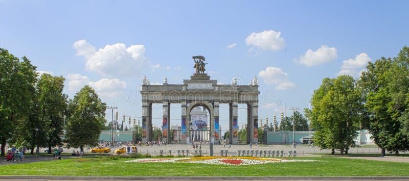 莫斯科,俄罗斯- 2016年6月17日:对展览会VDNKh的大门 免版税库存图片