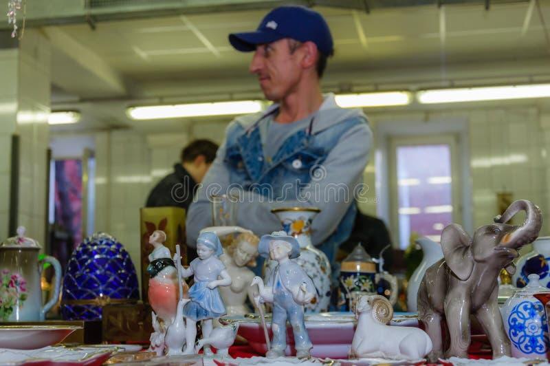 莫斯科,俄罗斯- 2017年3月19日:老古色古香的瓷和陶瓷图待售在跳蚤市场上 选择聚焦 图库摄影