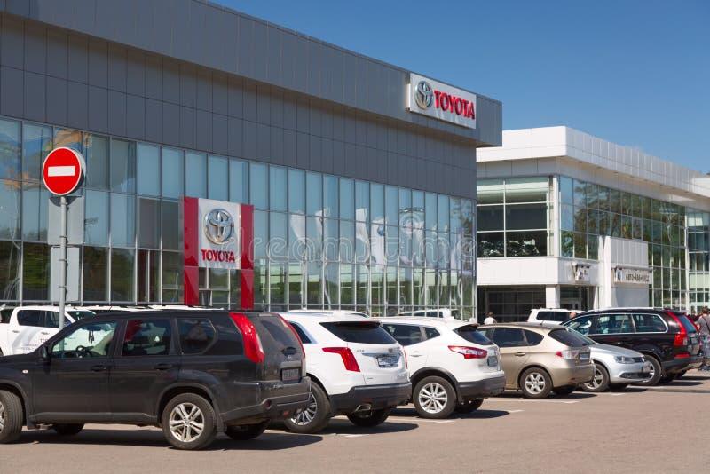 莫斯科,俄罗斯-, 2018年:丰田有新的丰田的汽车转售者在入口附近连续塑造 丰田是一个日本人 免版税库存图片