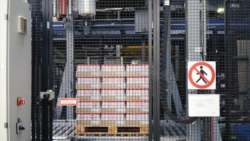 莫斯科,俄罗斯-, 2017年:加工包裹顾客的箱子包装的产品 夹子 包裹有磁带的箱子 免版税库存图片