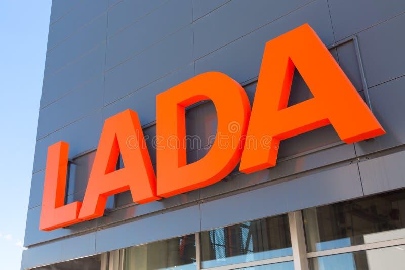 莫斯科,俄罗斯-, 2018年:Lada Avtovaz汽车经销权标志 Avtovaz是的汽车最大的俄国制造商  库存照片