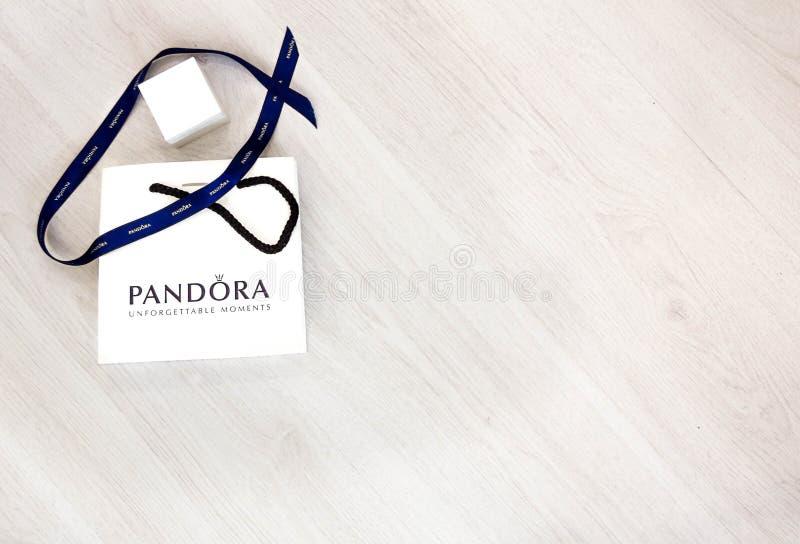 莫斯科,俄罗斯- 08 14 2016年:潘多拉在白色背景的物品袋,潘多拉为它的镯子、魅力和首饰是著名的 P 库存照片
