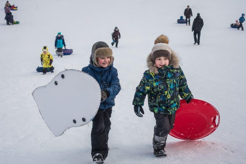 莫斯科,公园在Mitino,2017年1月4日:小组孩子和成人在度假在冬天 免版税库存照片