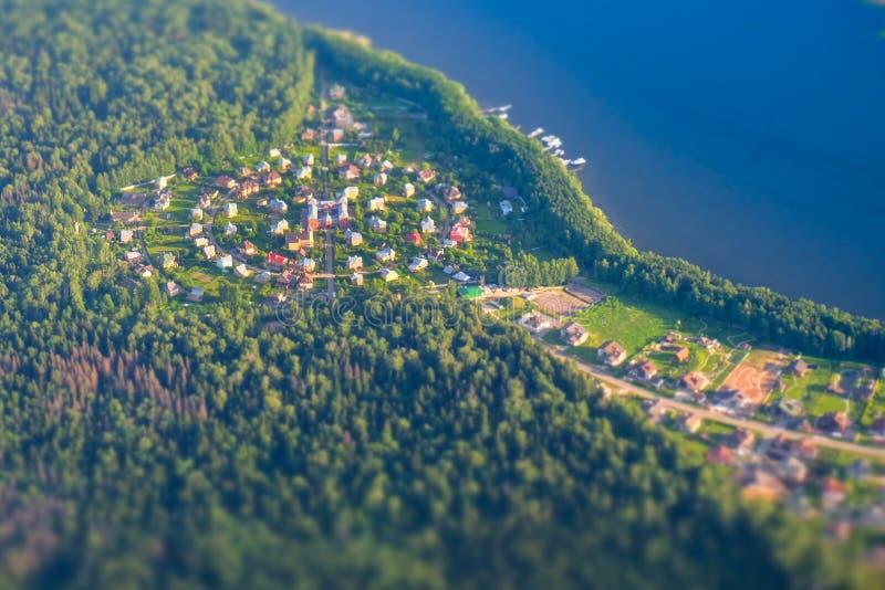 莫斯科,在湖附近的圆的俄国村庄 图库摄影