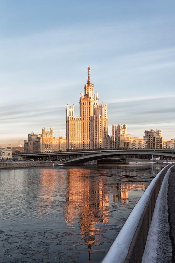 莫斯科,在Konelnicheskaya堤防的高层建筑物 免版税图库摄影