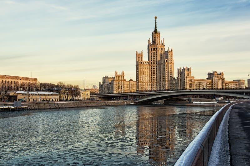莫斯科,在Konelnicheskaya堤防的高层建筑物 图库摄影