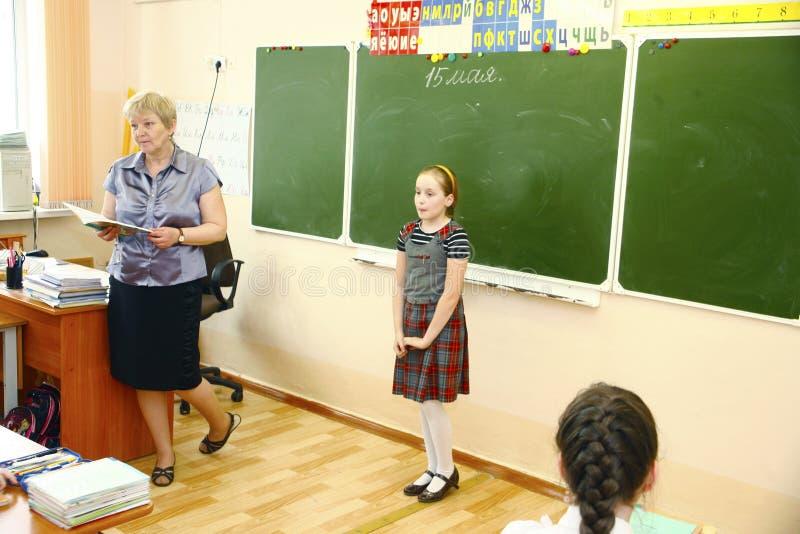 莫斯科,坐在学校书桌后的俄罗斯8月16,2016小的男小学生 免版税库存图片
