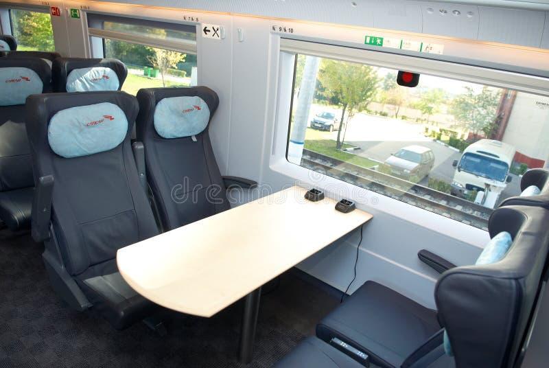 莫斯科, 2011年9月, 18日,陈列EXPO1520 :现代新一代高速旅客列车交谊厅内部,火车主持位子 库存图片