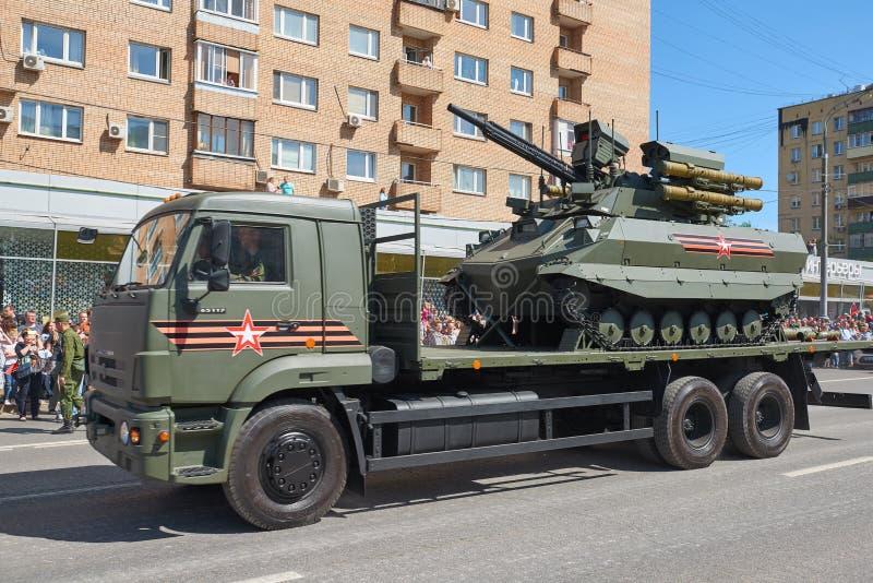 莫斯科, 2018年5月, 9日:伟大胜利俄国军车假日游行  无线电控制在卡车的坦克Uran-9 Celebr 库存图片