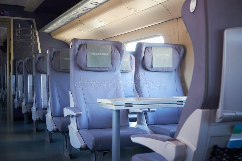 莫斯科, 2010年7月, 12日:在乘客交谊厅内部头等的内部看法供以座位高速火车Pendolino Sm6椅子  免版税库存图片