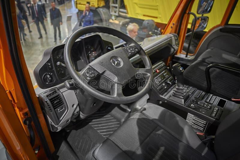 莫斯科, 2017年9月, 5日:在新的服务卡车奔驰车Unimog客舱内部的看法 商业运输陈列ComTrans-201 免版税库存照片