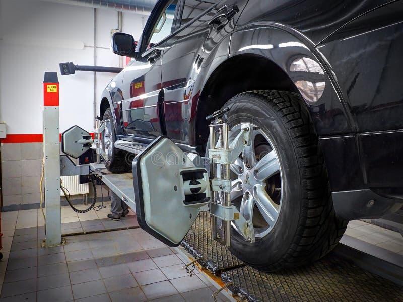 莫斯科, 2017年3月, 02日:汽车汽车车轮调整在汽车服务中心车间的维护修理 技术mai 免版税图库摄影