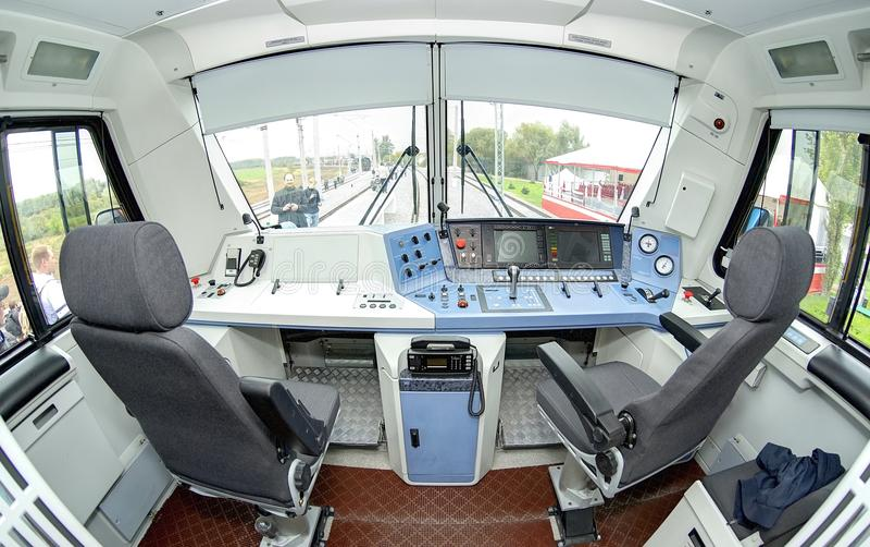 莫斯科, 2011年9月, 18日:现代新的乘客电疯子EP20驾驶员舱内部司机书桌地方控制台主持位子 库存图片