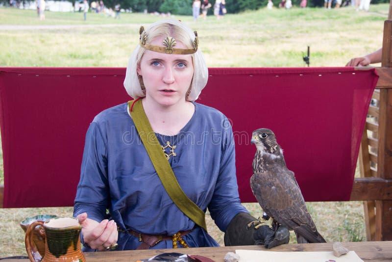 莫斯科,2019年6月12日:时期和世纪节日  有猎鹰的女孩 中年的历史重建 免版税库存照片