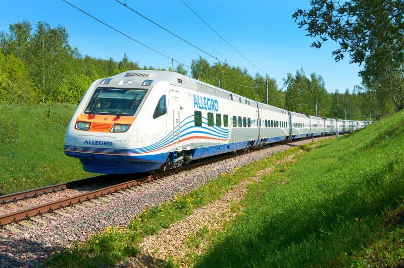 莫斯科, 2010年7月12日:高速火车EMU Pendolino Sm6 -急速的乐章在铁路高速测试圆环跑 莫斯科路轨慢车 免版税库存图片