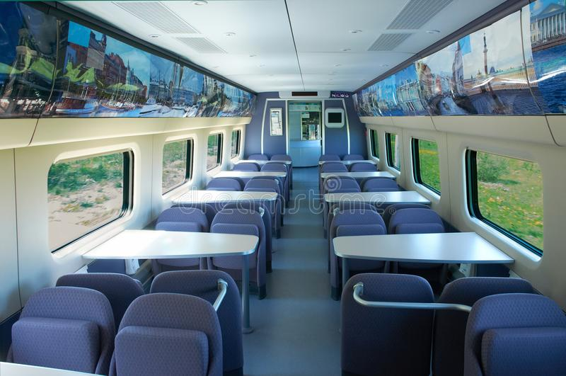 莫斯科, 2010年7月12日:高速火车Pendolino Sm6 -急速地的乘客EMU火车餐馆咖啡馆教练汽车内部视图 免版税图库摄影