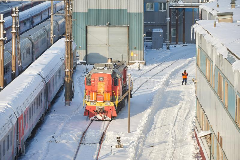 莫斯科, 2月 01日2018年:在铁路机车的冬天视图在雪下的旅客列车集中处 俄国铁路积雪的火车 图库摄影