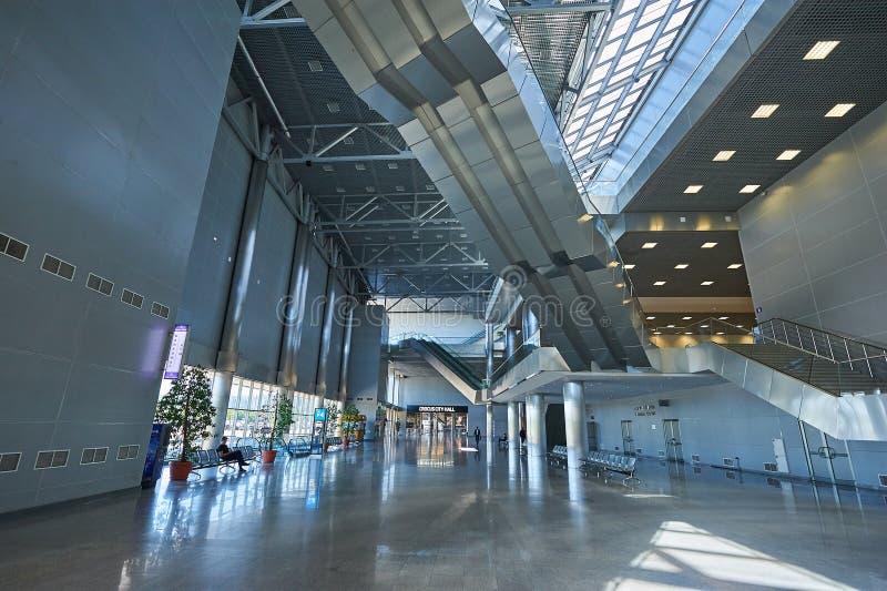 莫斯科, 4月 19日2018年:在番红花商展展览馆,楼梯,金属自动扶梯移动的台阶,屋顶金属constructio的宽看法 免版税库存照片