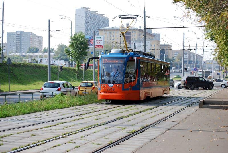 莫斯科 俄国 2016年8月23日 电车在沿世界的Prospekt街的路轨去,在城市附近运输乘客 库存图片