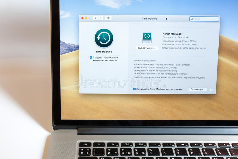 莫斯科/俄罗斯- 2019年7月7日:开放MacBook,屏幕上的节目时间机器 免版税库存照片