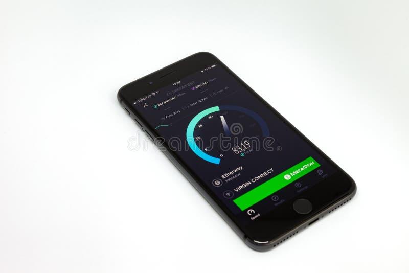 莫斯科/俄罗斯- 2019年7月13日:黑iPhone在白色背景的8个加号 在屏幕上,节目Speedtest 图库摄影