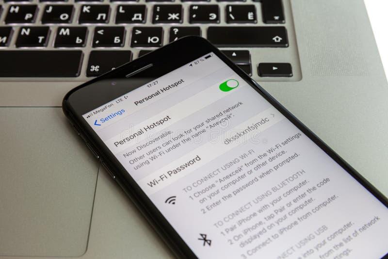 莫斯科/俄罗斯- 2019年7月10日:黑iPhone MacBook键盘的8个加号基于 调制解调器在屏幕上使能 免版税库存照片