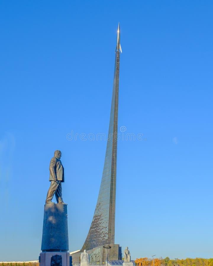 莫斯科- 2018年10月12日:对科罗廖夫S的纪念碑 P 在纪念碑的背景对空间的征服者的 库存图片