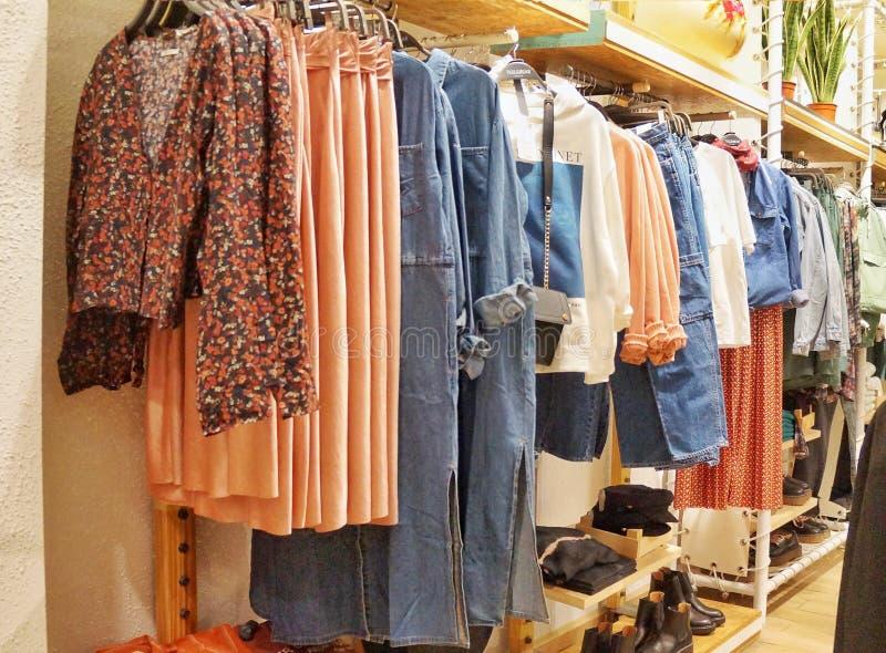 莫斯科1月2019年,俄罗斯 在挂衣架和架子的妇女的衣物在商店,珊瑚伽玛 图库摄影