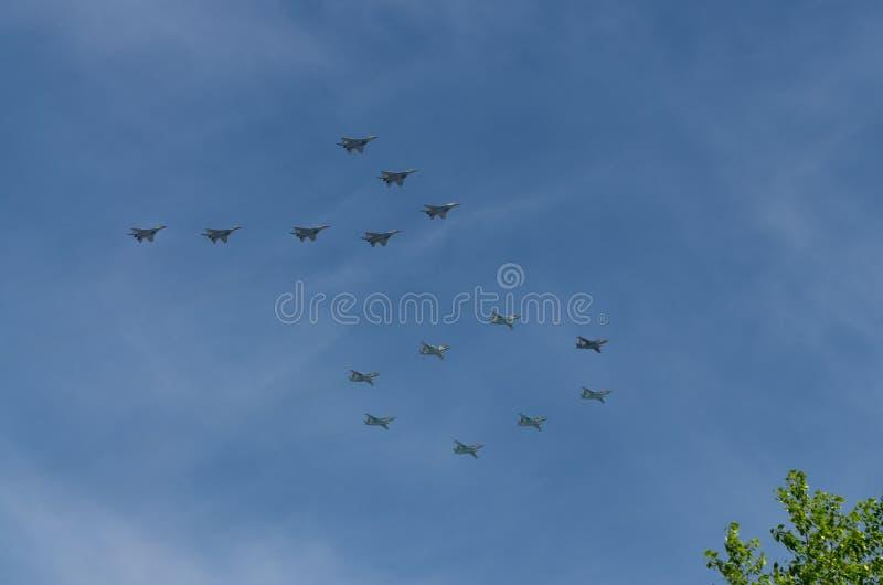 莫斯科- 5月9 :在米格-29的特技示范队Swifts和Su27和苏-34的俄国骑士在游行 免版税图库摄影
