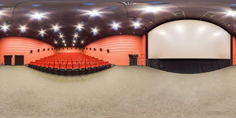 莫斯科2018 :3D有360度戏院与红颜色位子和屏幕的大厅内部视角的球状全景  准备好fo 免版税库存图片