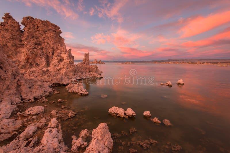 莫诺湖日落和凝灰岩 免版税库存照片