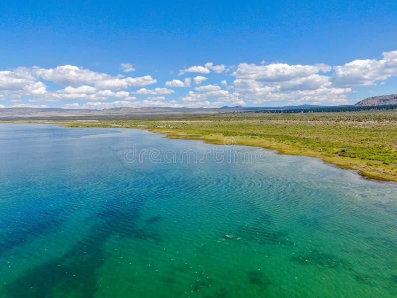 莫诺湖鸟瞰图  免版税库存照片