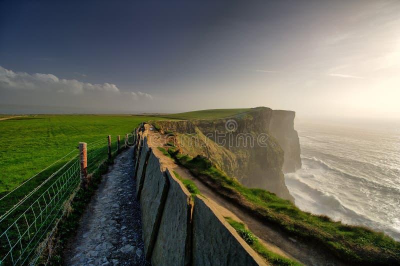 莫赫悬崖,孔蒂克莱尔,爱尔兰,下午有多云背景 库存照片