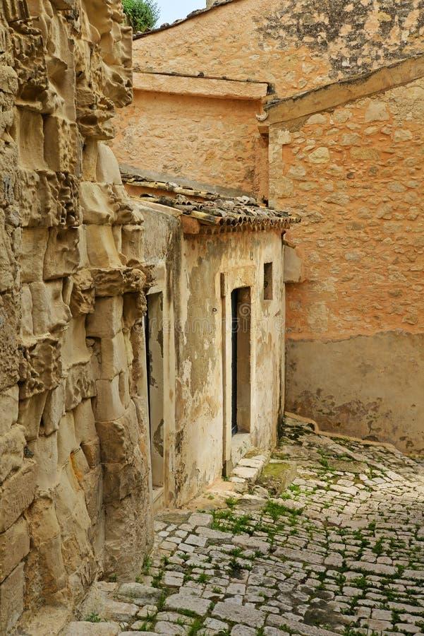 莫迪卡,西西里岛,意大利 狭窄的车道和石大厦 免版税库存照片