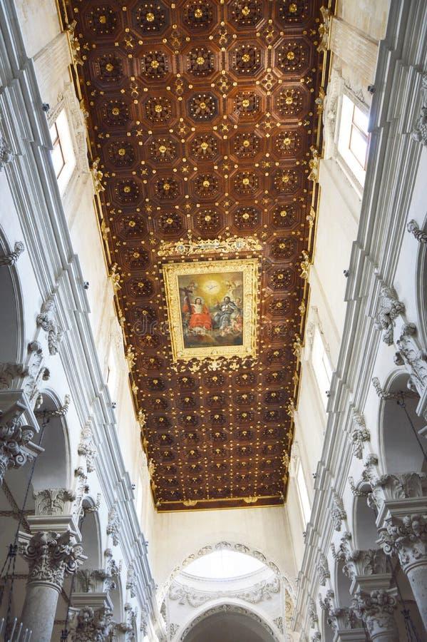 莱切,意大利- 2017年8月2日:大教堂二三塔Croce内部看法与绘画在天花板下,莱切,意大利的 免版税图库摄影