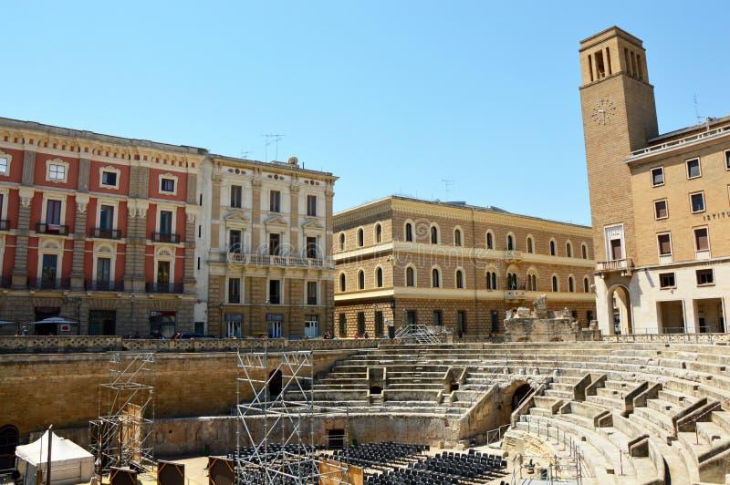 莱切,意大利- 2017年8月2日:有Sedile和伊娜Istituto Nazionale delle Assicurazioni的宫殿的罗马圆形剧场 图库摄影