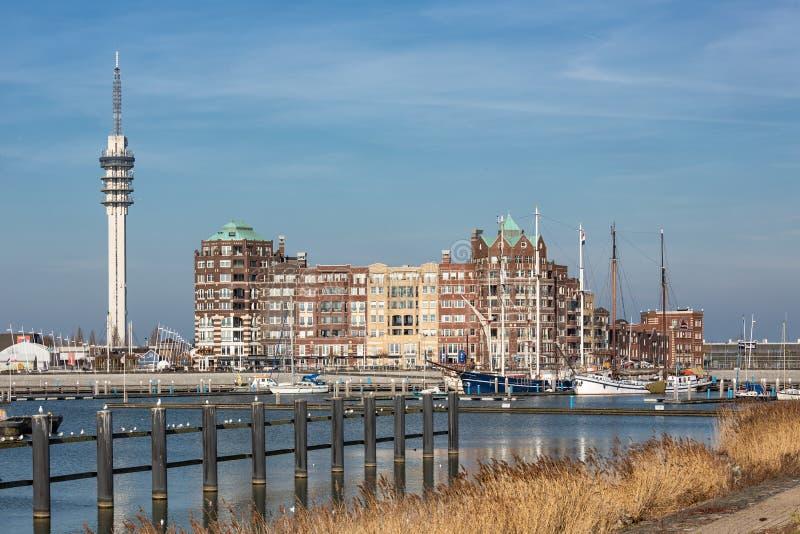 莱利斯塔德荷兰港有通讯台和公寓的 免版税库存图片