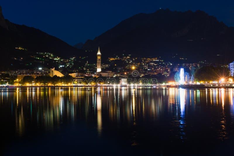 莱科夜视图在有山的科莫湖反射了 免版税库存图片